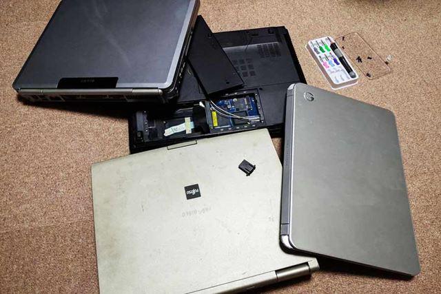 たまった壊れたノートパソコン