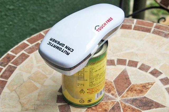缶としっかりと装着したあと、左右のボタンを押せば自動的に回転して、切断します
