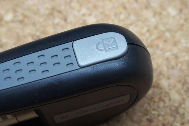 鍵のアイコンが刻印されたボタンを押すと、ワイヤーが解放されます
