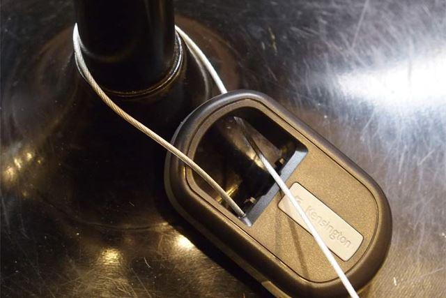 テーブルの脚などにワイヤーをひっかけ、本体の輪っかの部分に通します