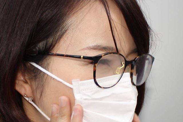 私もよくマスクをつけますが、ものによってはメガネがくもることも…