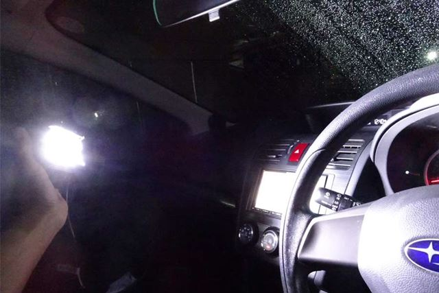 真っ暗な環境で車内を照らしたときの雰囲気です