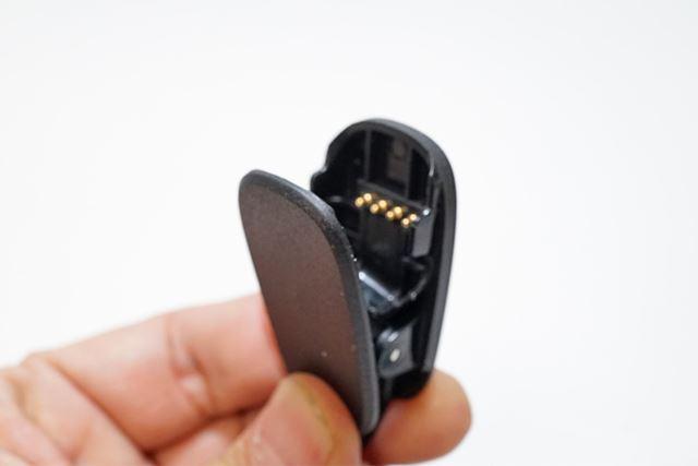 本体に接続するほうは、洗濯ばさみの形状をしており、開くと金属の端子が見えます