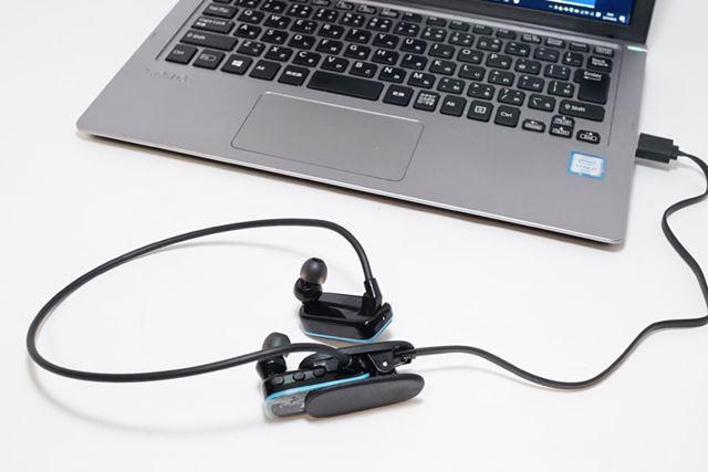 充電するにはパソコンに接続します。また、音楽ファイルを転送する場合も同様にパソコンに接続します