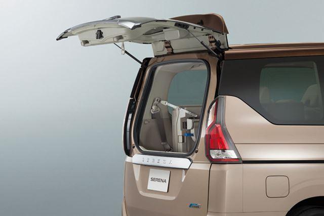 セレナが現行の新型モデルとなって新たに採用された「デュアルバックドア」