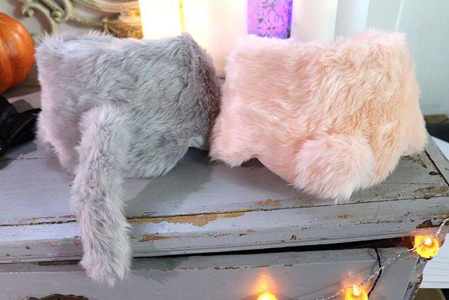 カラーはグレーとピンクの2色。グレーは猫で、ピンクはうさぎのしっぽが付いています