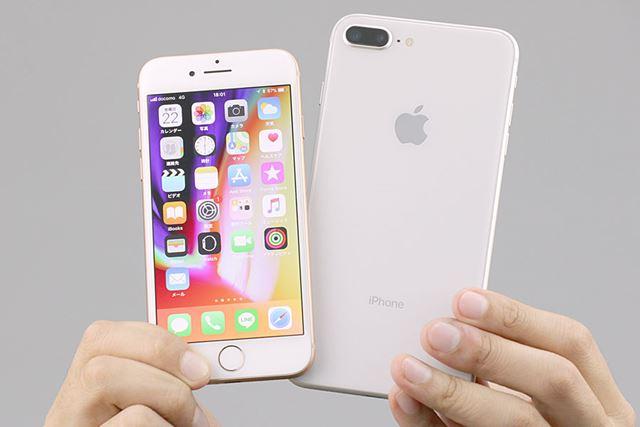 9月22日に発売されたiPhone 8(左)とiPhone 8 Plus(右)