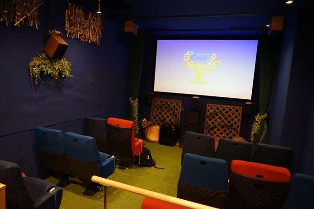 常設の座席15席の小さな劇場だ