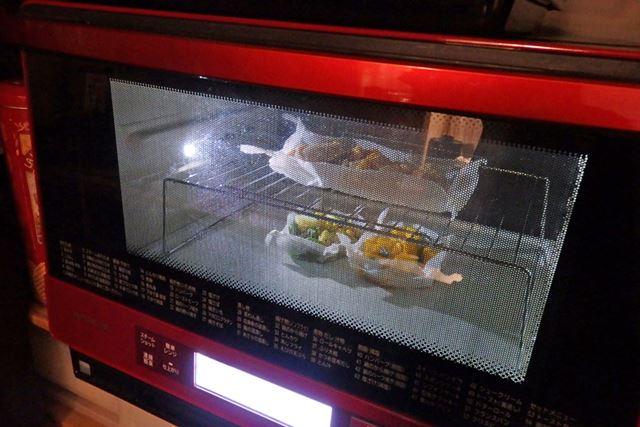 調理中にはLEDが点灯するので、庫内の様子がバッチリ確認できます