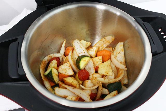 「ヘルシオ ホットクック」は鍋に材料を投入すれば準備完了