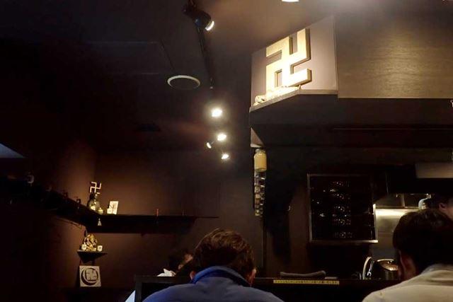 カウンター上に「卍」、店内奥にも「卍」