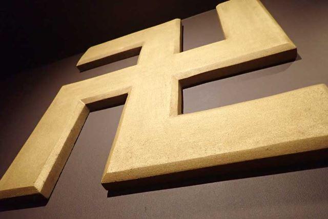 店内には、巨大な「卍」のオブジェも。いたるところに「卍」の文字が