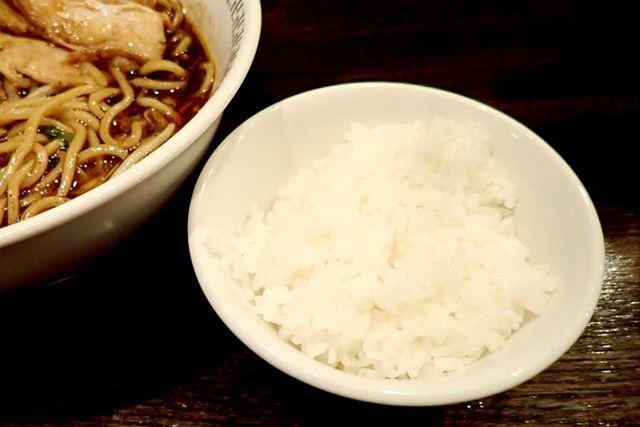 """""""スパイス・ラー麺""""には、白ごはんが必須。この組み合わせがあれば、余裕でスープを飲み干せます"""
