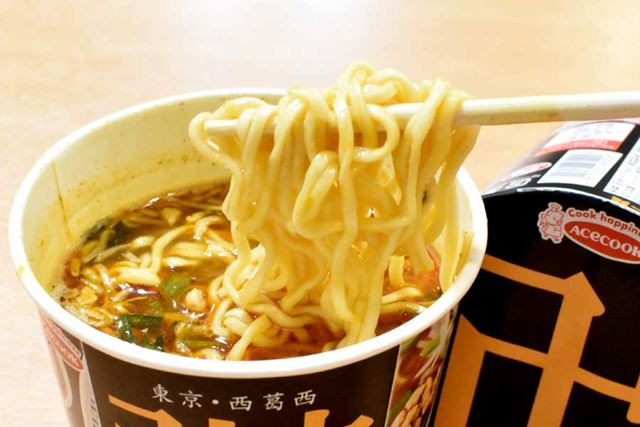 麺は中太で縮れており、ストレートタイプのお店の麺とやや異なります