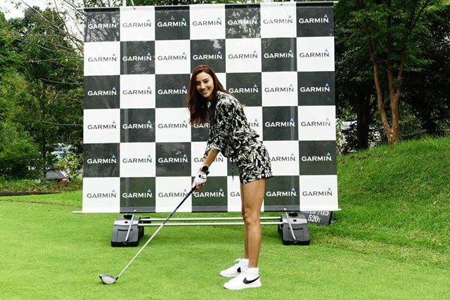 ゴルフは未経験だがとても興味があると語ったカレンさん。どこか雰囲気のあるアドレスを披露