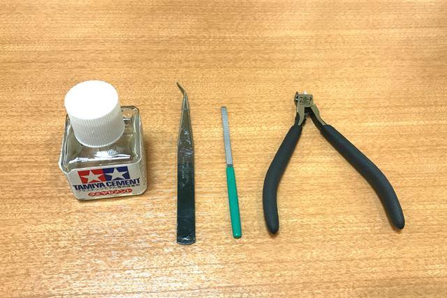 道具は、接着剤、ピンセット、やすり、ニッパーの4点があれば最低限OK