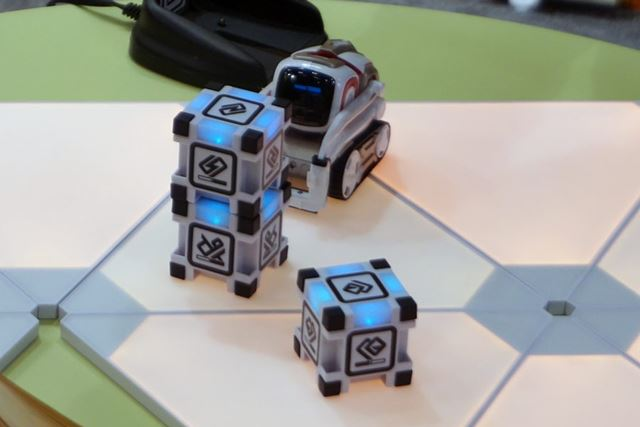 ボディは小さいが、自律して動き、周りを認識して動く様子はまさにロボット!