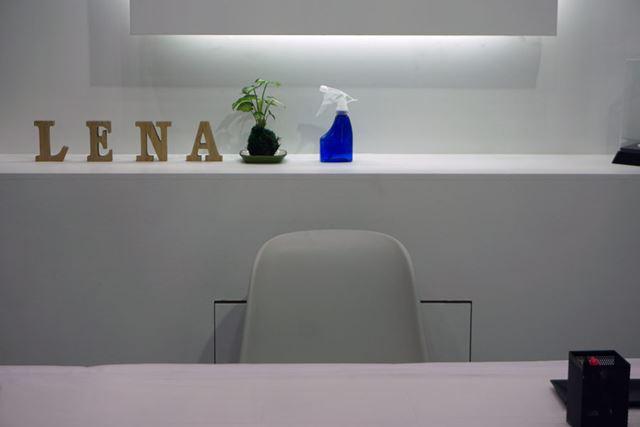 展示ブースの一角にあるレナのテーブルと椅子。何もないが対応タブレットの画面を通してみると……