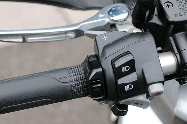 変速は基本的に自動で行われるが、左手側の「+」レバーや親指で押す「−」ボタンで任意の変速も可能