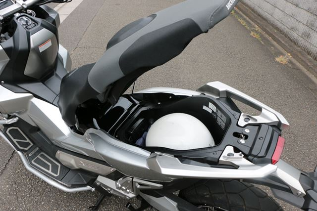 ラゲッジスペースは21Lの容量が確保されており、フルフェイスのヘルメットも余裕をもって入れられる