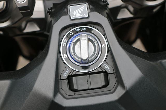 イグニッションは車体中央部のノブを回して操作。イモビライザー機能も搭載されている