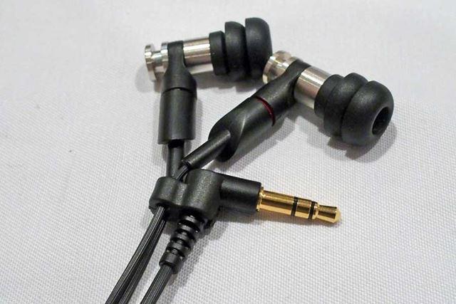 独自のスマートケーブルホルダーも装備。イヤホン本体部だけでなく、プラグ部分も固定できる便利な機能だ
