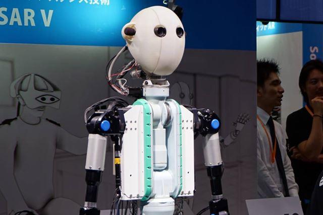 被験者の動きを再現しつつ、視覚や聴覚、指先の触覚などを伝えるアバターロボット「TELESAR V」