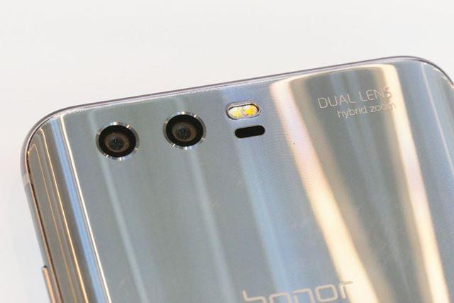 背面に搭載されたデュアルレンズカメラ(左が2000万画素、右が1200万画素)は、出っ張りがないタイプ