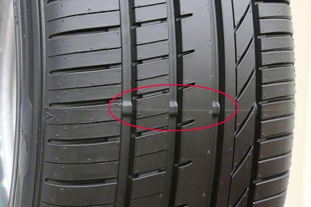 画像はノーマルタイヤに備えられている「スリップサイン」です