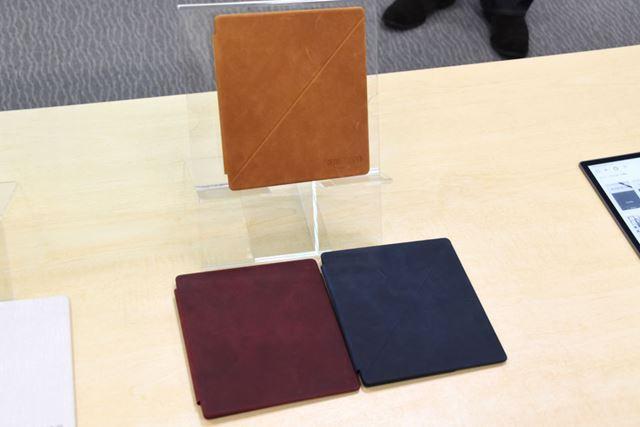 レザー製カバーの3色。上がサドルタン、左下がメルロー、右下がミッドナイト