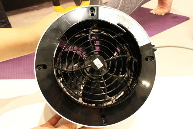 放出口のある上部のパーツには、キレイな空気を送風するためのプロペラファンを装備