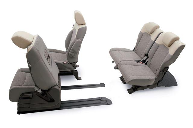 新型N-BOXの助手席スーパースライドシート。画像は最も前へスライドさせた状態