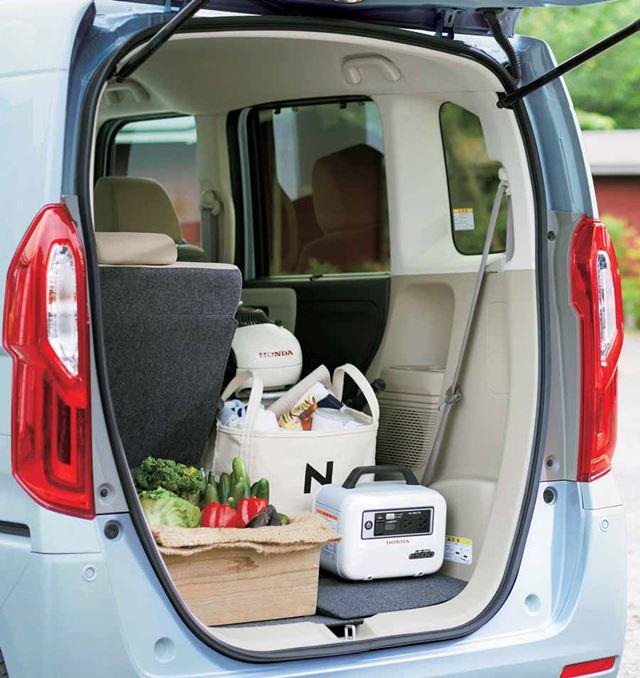 新型N-BOXのラゲッジルームは初代よりも低床なため、重い荷物なども楽に積載できるようになっている