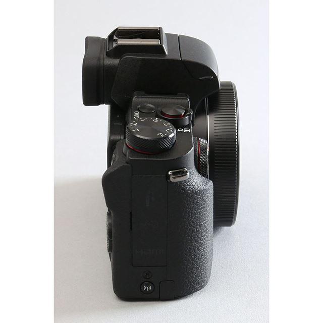 光学3倍ズームレンズを採用しているが、レンズ収納時の奥行は51.4mmとスリムにまとまっている