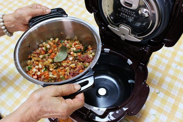 鍋に食材と調味料を入れて、本体にセット