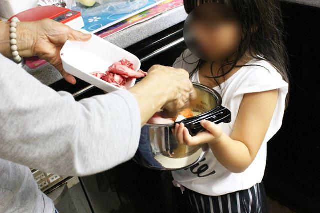 5歳の長女は、めいっぱい入れた鍋を運ぶのも余裕。力が強くなっているんだ! と成長に感動してみたり(笑)