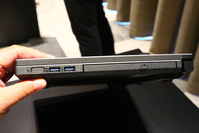 右側面も手前に電源ボタンとUSB3.0を備える