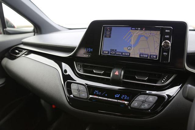 C-HRのインパネ中央にあるエアコンスイッチなどは運転席側へとやや傾けられており、操作しやすい