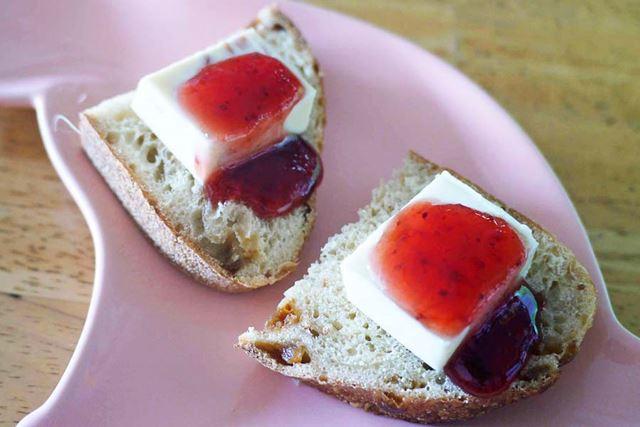 味付きのパンの上にベビーチーズとたっぷりのジャムでデザートに