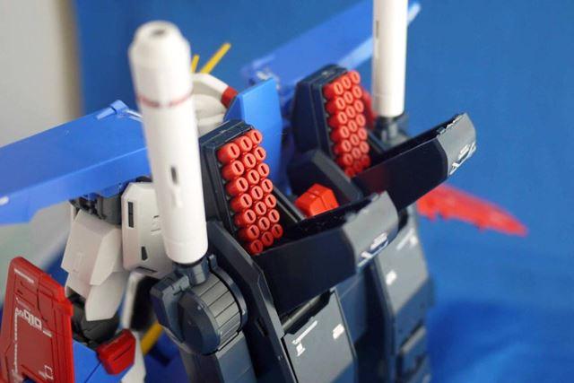 バックパックのミサイルランチャーもディテールが細かくなっています