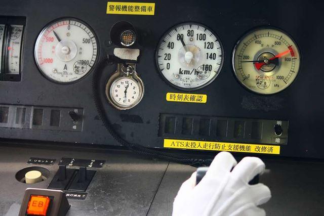 鉄道車両の運転席にメーター類と一緒に鉄道時計が配置されています