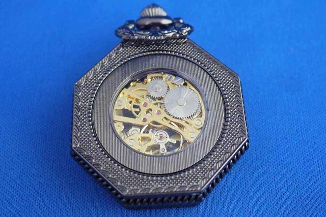 ゼンマイ仕掛けのいわゆる機械式懐中時計で、裏を見ると機械が動いているのがわかります
