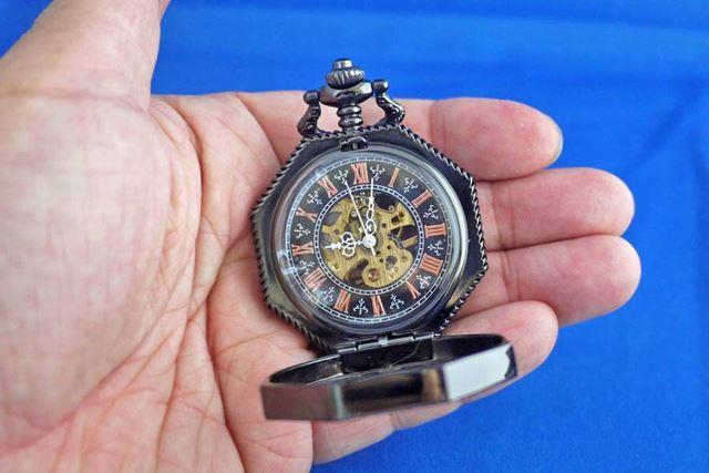リューズ部分を押し込むと蓋が開いて、時間がよりはっきりとわかるようになります