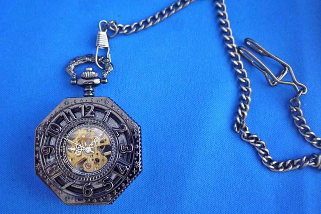 付属の鎖で時計と衣服をとめることができます。これまたジャラジャラ系好きにはたまりません