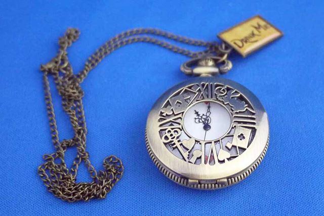 リトルマジックの不思議の国のアリスをモチーフにした懐中時計です