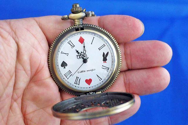 ハンター式のクォーツ懐中時計で、文字盤もかわいくておしゃれです