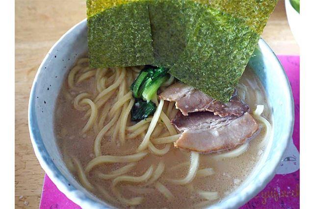 こってり濃厚なスープと太めの麺が食欲をそそります