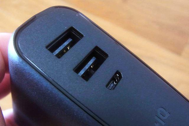 スマホなどを充電するための2つのUSBポートと、本体充電用のmicroUSBポートを搭載