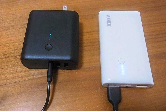 もちろんほかのモバイルバッテリー(右)からmicroUSBポート経由で充電することも可能