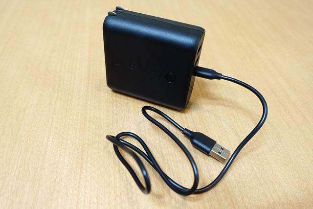 付属のUSBケーブルをつなげばPCなどからも充電可能